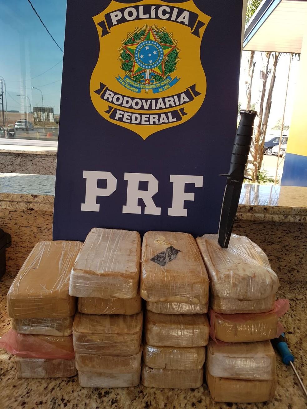 Motorista é preso com 19 kg de crack escondidos no forro do carro (Foto: Divulgação/PRF)
