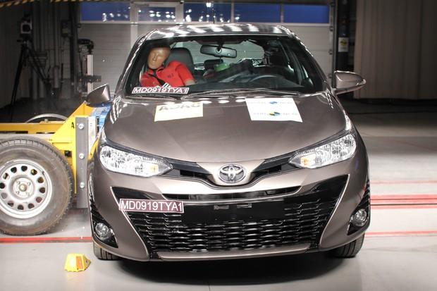 Toyota Yaris recebeu apenas quatro estrelas no Latin NCAP (Foto: Divulgação)