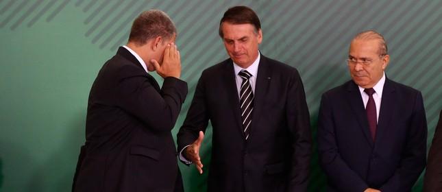 O ministro Gustavo Bebianno presta continência a Bolsonaro ao tomar posse