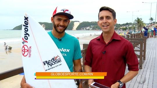 """Retrato Revelado"": Jadson André exalta ídolo Kelly Slater e amigos do surfe"