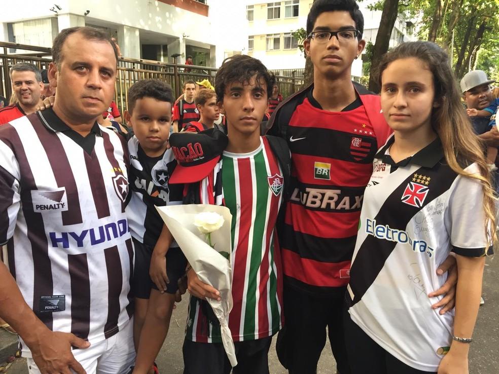 Torcedores de Botafogo, Fluminense, Flamengo e Vasco no abraço à Gávea no último sábado — Foto: André Durão / GloboEsporte.com