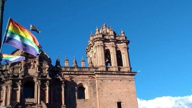 A bandeira atual de Cusco é baseada na tradição dos Incas - mas não há nenhuma evidência de que eles realmente utilizassem o símbolo (Foto: Chia Beloto - BBC News Brasil)