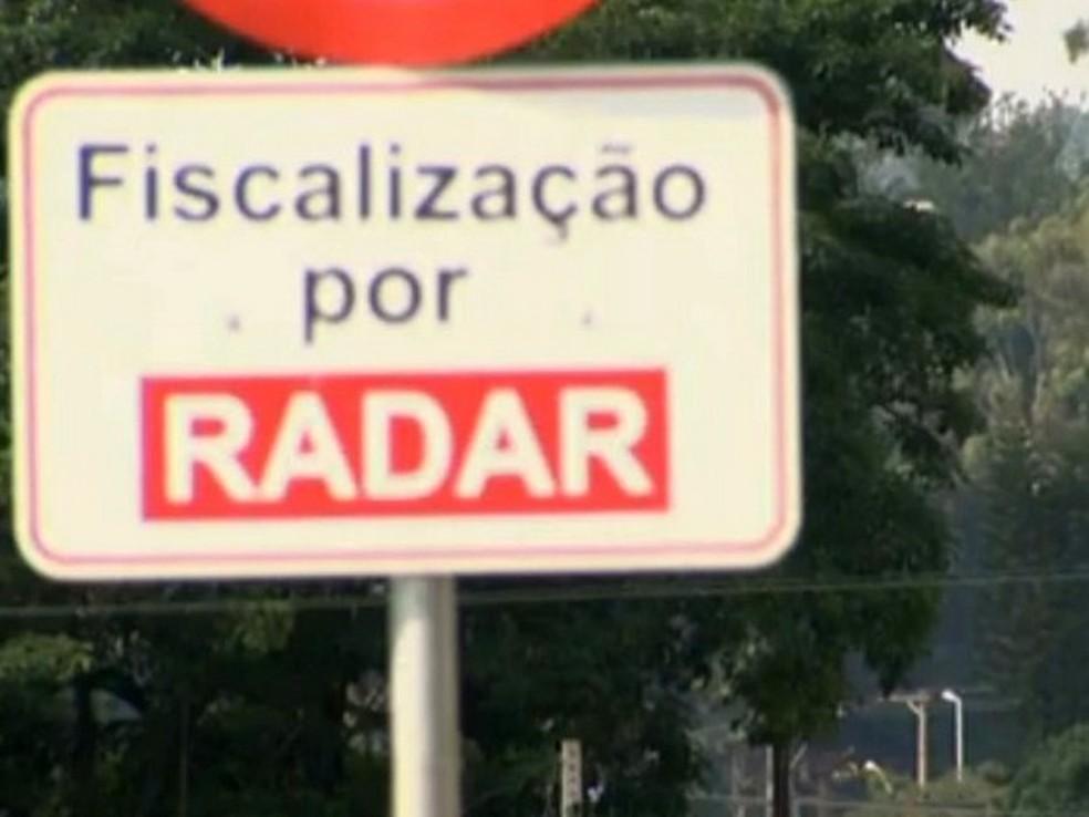 Placa informa fiscalização eletrônica em Limeira — Foto: Reprodução/EPTV