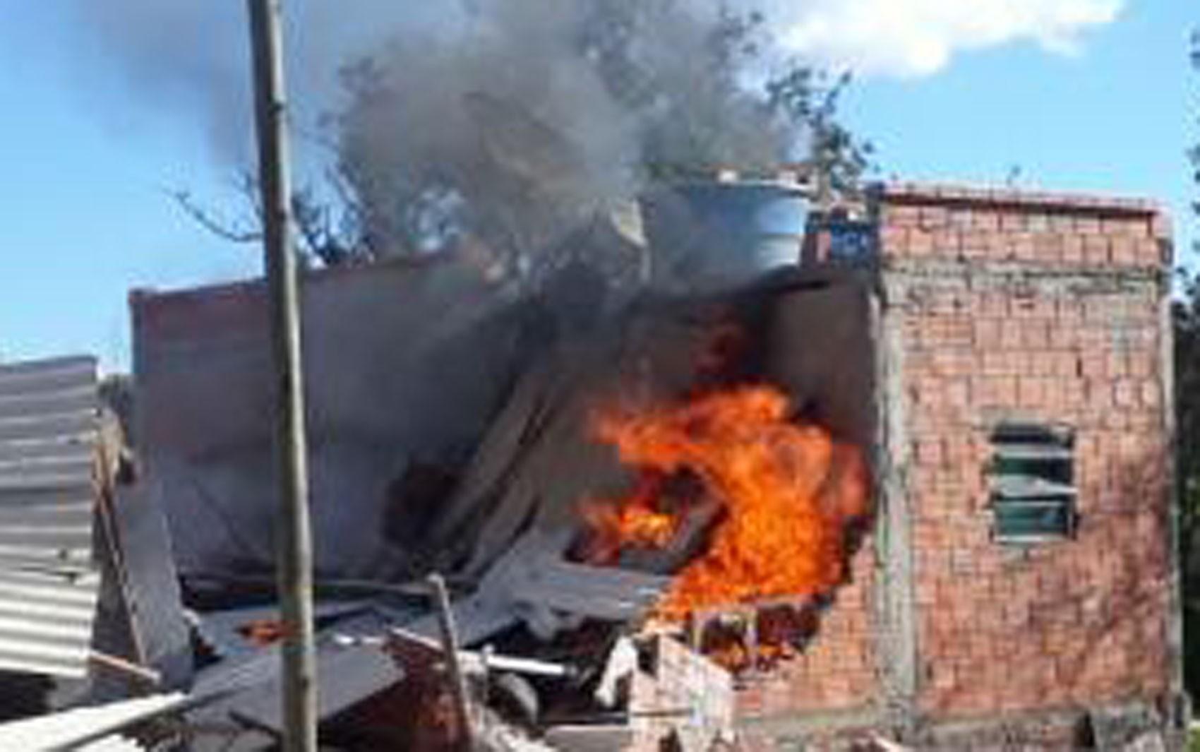 Crianças ficam feridas e uma morre após ter casa incendiada no sudoeste da BA; pai é suspeito de atear fogo no imóvel