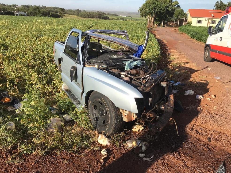 Rapaz que dirigia a caminhonete ficou gravemente ferido, de acordo com a PRE — Foto: PRE/Divulgação