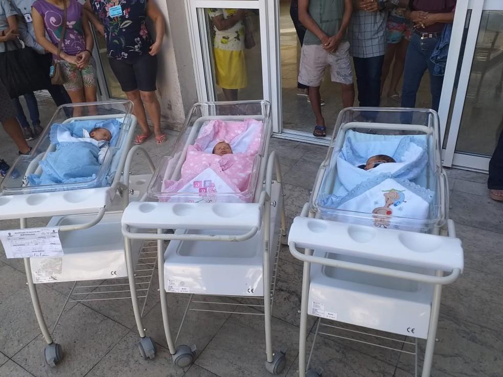 Trigêmeos na saída da maternidade, no Espírito Santo — Foto: Chico Calente/ TV Gazeta