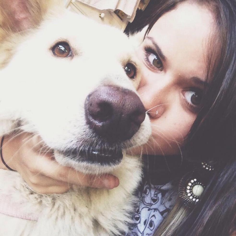 A fotógrafa Clara Medeiros também possui três cães. Essa da foto é a cadela Kesha (Foto: Clara Medeiros/ Arquivo pessoal)