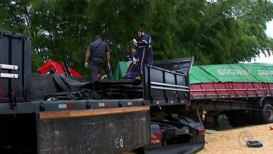 Trânsito é liberado após grave acidente envolvendo carretas e carro na SP-333