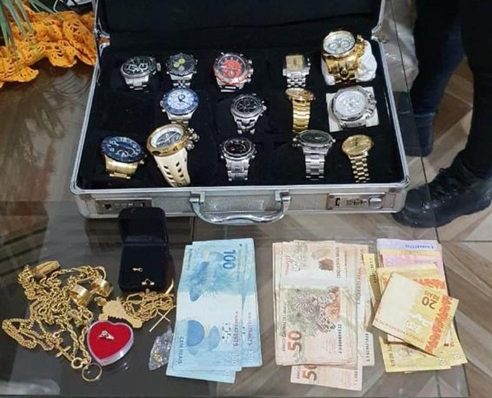 Polícia Civil apreendeu dinheiro, relógios e joias durante cumprimento de mandados da Operação Suborno, nesta terça-feira (22) — Foto: PCPE/Divulgação