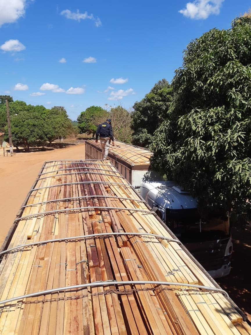 PRF apreende cinco carretas carregadas com madeira ilegal em Açailândia