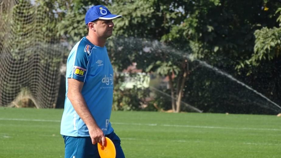 Muito papo e Rogério Ceni participativo: o primeiro treino do novo técnico do Cruzeiro