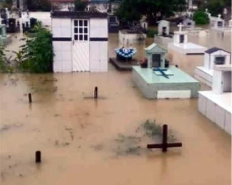 -  Túmulos ficaram submersos após chuva em Andradas  Foto: Reprodução/EPTV