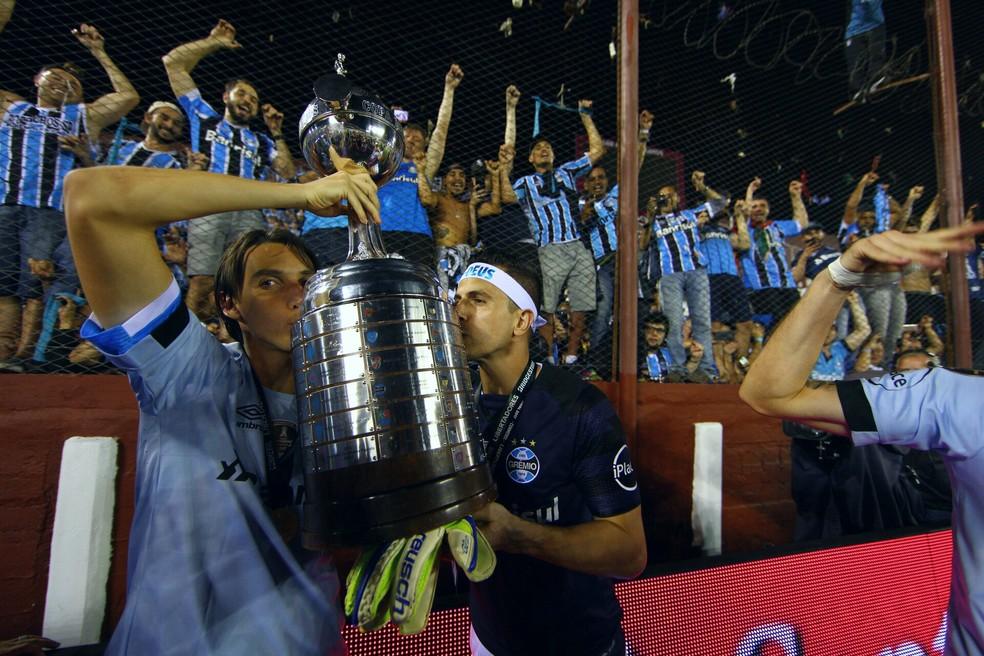 Geromel e Kannemann ostentam a taça da Libertadores (Foto: Lucas Uebel/Grêmio/Divulgação)