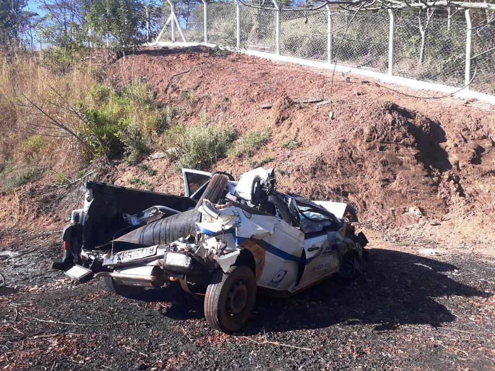 Carros ficaram destruídos após colisão na BR-365 em Uberlândia (Foto: Michele Ferreira/G1)