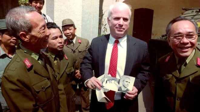 O americano voltou ao Vietnã várias vezes após ser libertado, como nesta imagem registrada em 1992 (Foto: Getty Images)