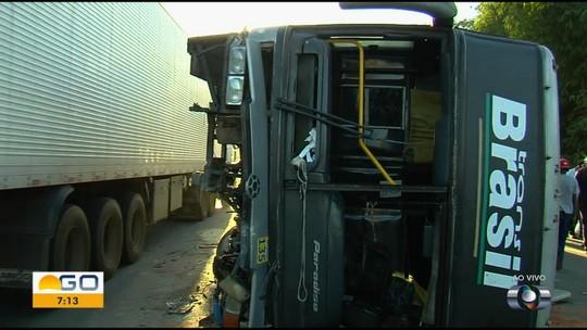 Passageiros ficam feridos após ônibus bater em carro e tombar na GO-080, em Goiânia