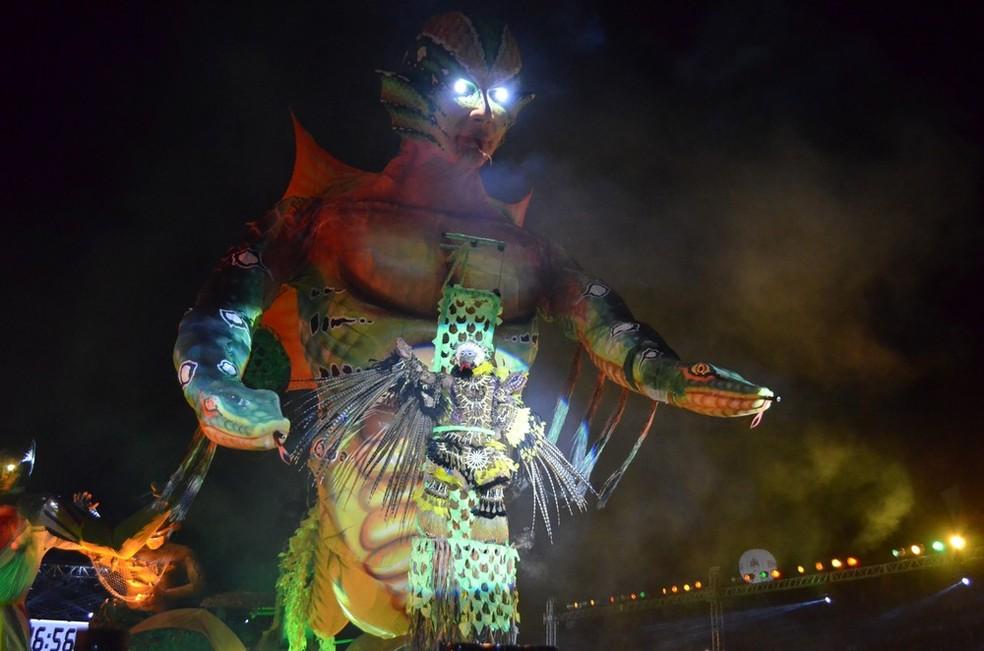 Alegoria gigante de olhos brilhantes trouxe o Curandeiro para a evolução no Lago dos Botos (Foto: Dominique Cavaleiro/G1)