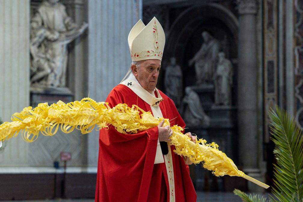 Papa Francisco celebra missa do Domingo de Ramos na Basílica de São Pedro, no Vaticano, neste domingo (28) — Foto: Vatican Media/Handout via Reuters