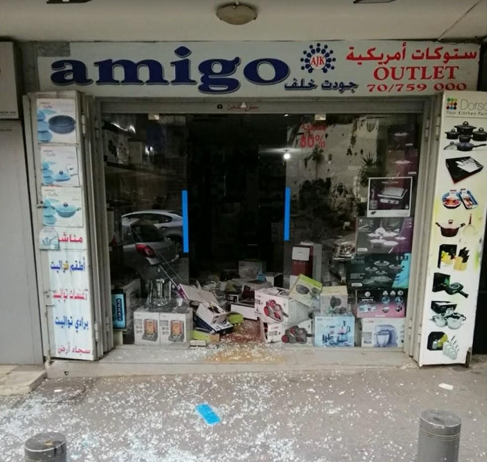 A fachada da loja de Mohammed Calaf com os vidros quebrados após explosão em Beirute — Foto: Reprodução/Globonews