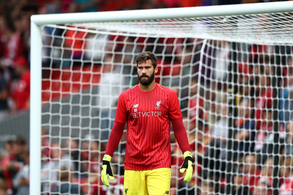 Alisson com a camisa do Liverpool (Foto: Getty Images)