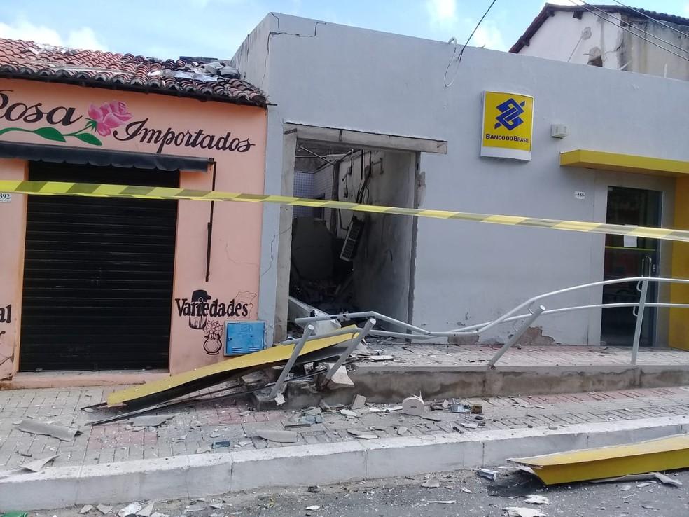 A agência do Banco do Brasil foi atacada e ficou destruída. Ninguém foi preso. — Foto: Marcelino Junior