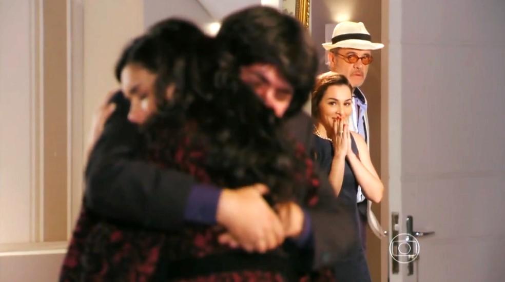 Amparo (Martha Nieto) e Duque (Jean Pierre Noher) presenciam reconciliação entre Dom Rafael (Cesar Troncoso) e Cristal (Moro Anghileri) - 'Flor do Caribe'  — Foto: Globo