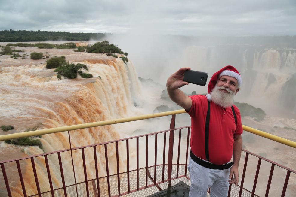 Papai Noel de Foz do Iguaçu adora visitar os pontos turísticos da cidade — Foto: Nereu Ambrozini/PMFI