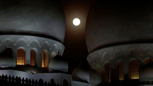 A lua eclipsada vista da mesquita Sheikh Zayed, en Abu Dabi (Foto: Reuters via BBC)