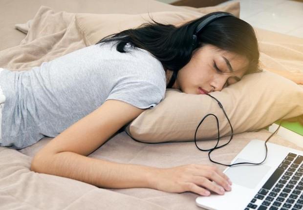 Noite ruim de sono ; hábitos ruins de sono ; dormir mal à noite ; dormir com computador ligado ; cansaço ; estresse ; fadiga ;  (Foto: Thinkstock)
