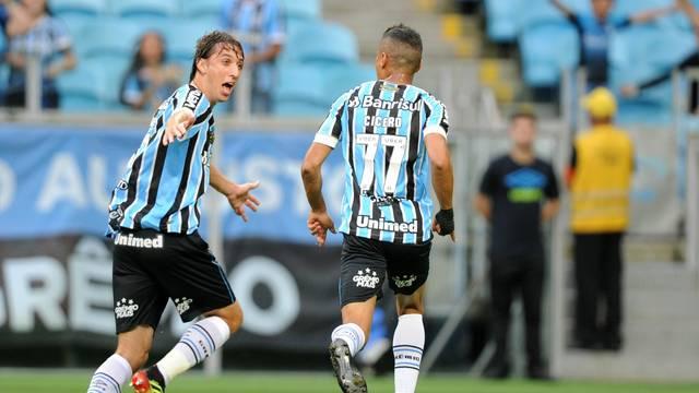 Cícero comemora gol com Geromel