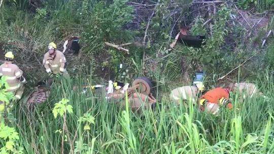 Motorista tenta desviar de cachorro na BR-080 e carro cai em ribanceira no DF; 1 pessoa morreu e 6 ficaram feridas