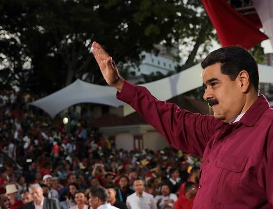 """O presidente da Venezuela, Nicolás Maduro, saúda populares. A eleição no país foi chamada de """"réquiem da democracia"""" (Foto: MIRAFLORES PALACE/HANDOUT/REUTERS)"""