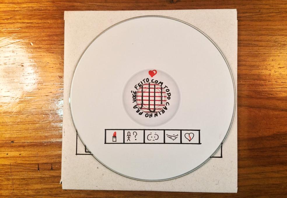 Além da capa, parte interna do CD também ganhou detalhes feitos pelo músico. (Foto: Arquivo Pessoal/Julian Campos)