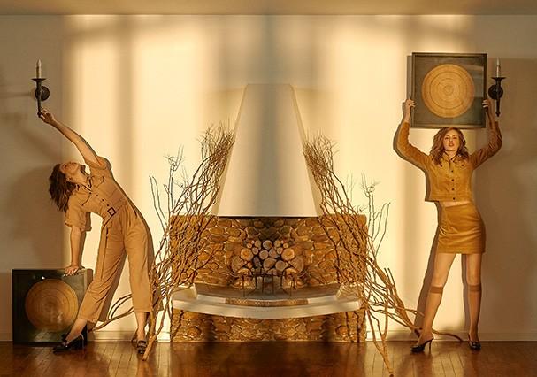 Macacão, Forum. Brincos, Vivara; sapatos, Gucci. Na página ao lado, jaqueta e saia, Forum. Brincos, Vivara; meias, Lupo; sapatos, Morena Rosa (Foto: MAR+VIN)