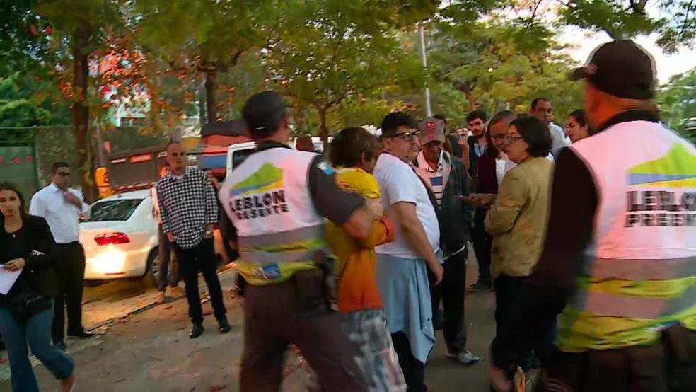 PMs do Leblon Presente imobilizam morador de rua — Foto: Reprodução/GloboNews