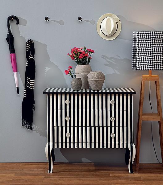 Os móveis também podem ganhar charmosas listras. Esta cômoda, por exemplo, foi totalmente customizada com faixas pretas e brancas (Foto: Carlos Cubi/Casa e Jardim)