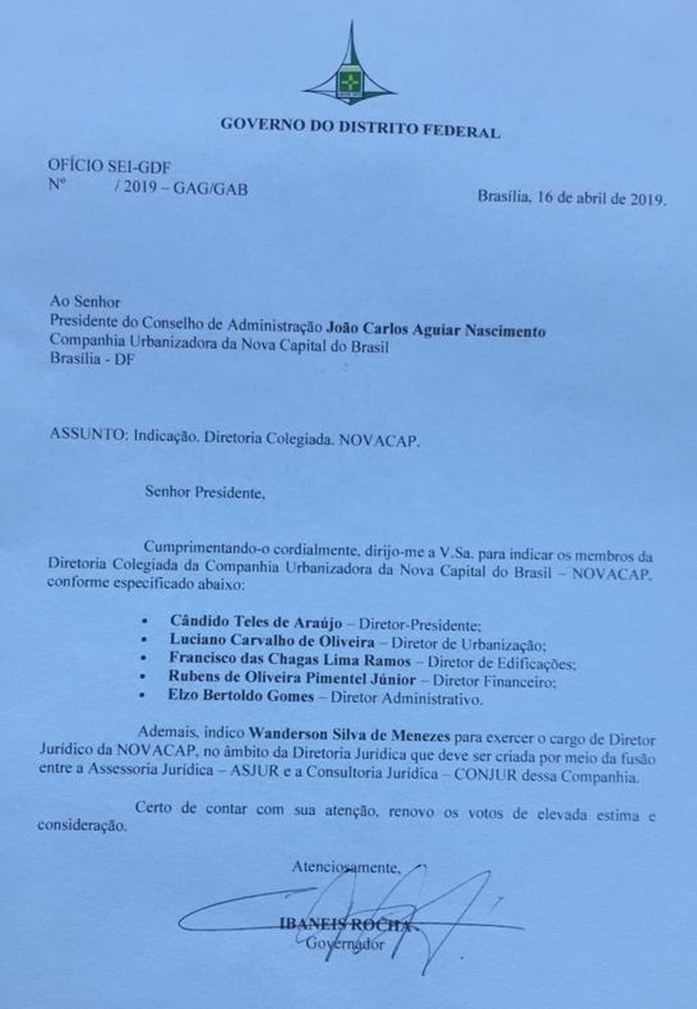 Documento assinado pelo governador do Distrito Federal, Ibaneis Rocha (MDB), em que destitiu presidente e quatro diretores da Novacap e nomeia novos — Foto: Reprodução
