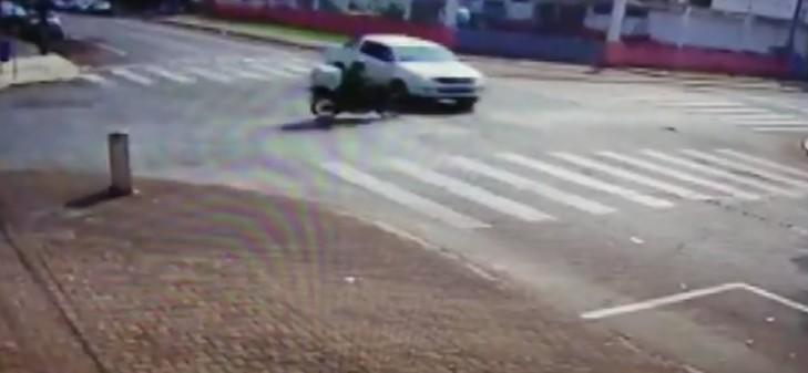 Motociclista fica ferido após caminhonete invadir preferencial de rua, em Foz do Iguaçu; VÍDEO - Notícias - Plantão Diário