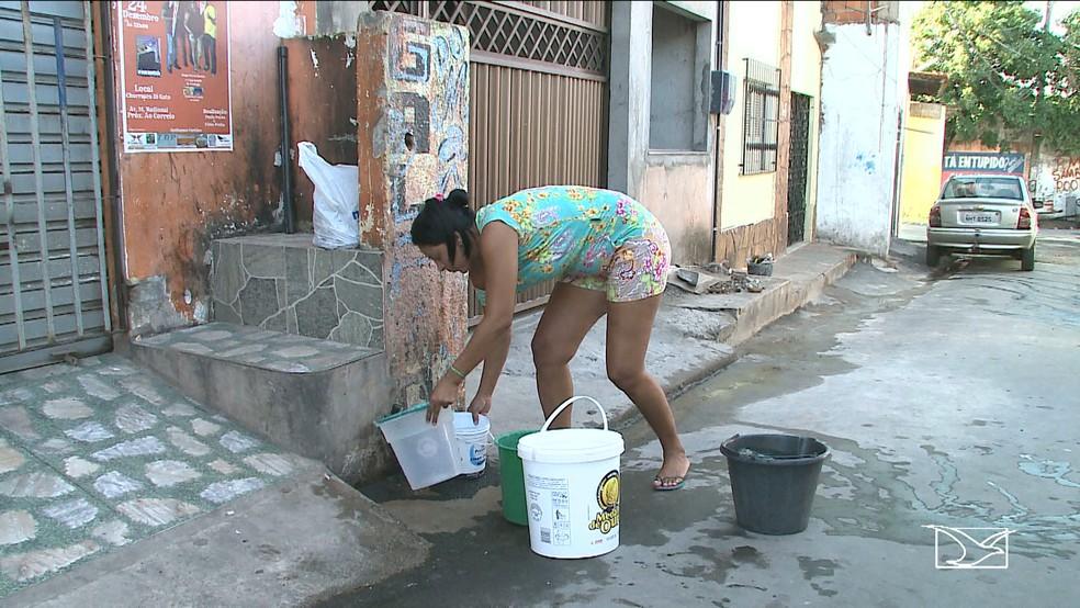 Na rua vitória, no bairro Santa Cruz, é a água da torneira de um vizinho que abastece a casa de vários moradores. (Foto: Reprodução/TV Mirante)