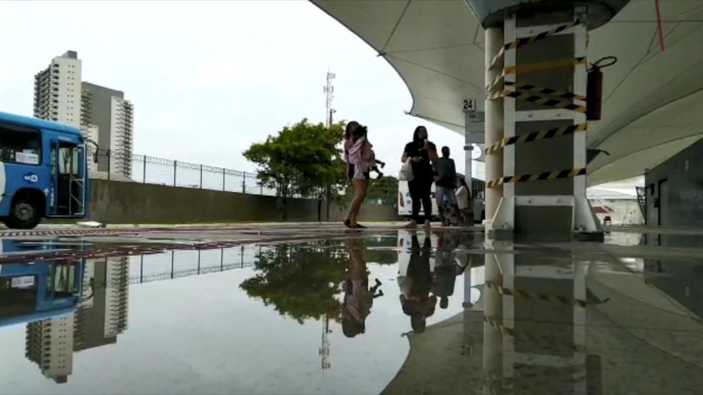 Chão do terminal de Itaparica ficou alagado durante chuva — Foto:  Reprodução/TV Gazeta