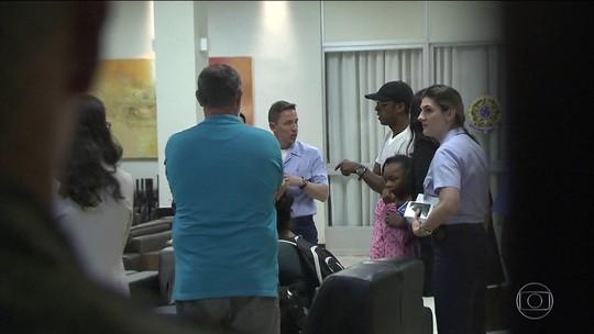 Sobreviventes do Irma são resgatados de ilha e pousam no DF com avião da FAB