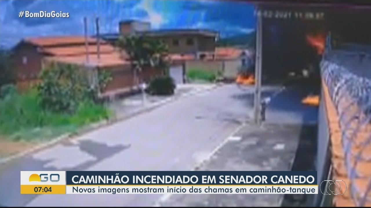 Vídeo mostra quando caminhão começa a pegar fogo e chamas atingem casas, em Senador Canedo