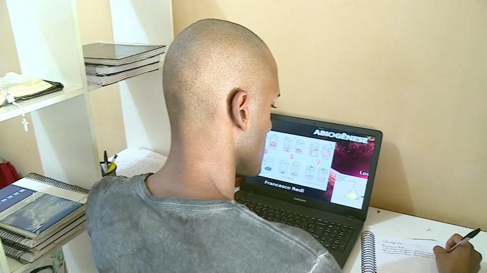 Leonardo Martins Adriano foi aprovado em cinco universidades públicas no curso de medicina — Foto: Reprodução/TV Gazeta