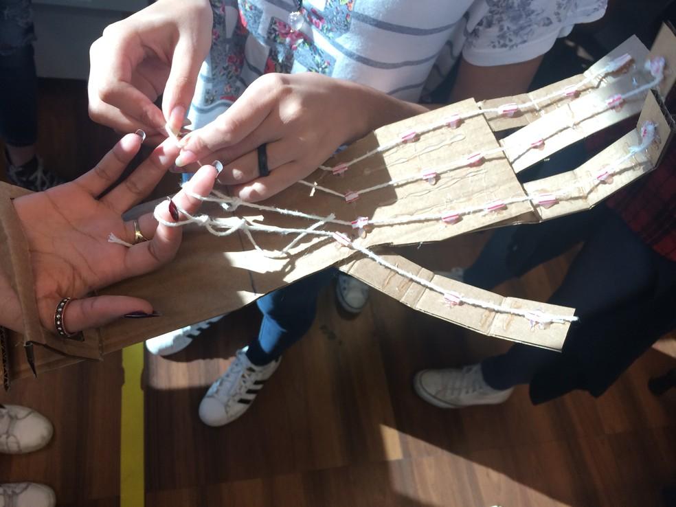 Primeiro protótipo foi feito com papelão e barbantes. (Foto: Luiza Tenente/G1)