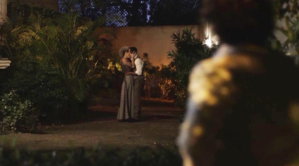 Josephine e Brandão não percebem, mas alguém vê os dois se beijando  (Foto: TV Globo)