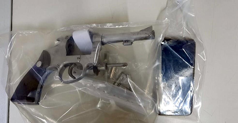 Uma das armas apreendidas com os assaltantes em Aguaí — Foto: Sagui Florindo/Gazeta de Aguaí