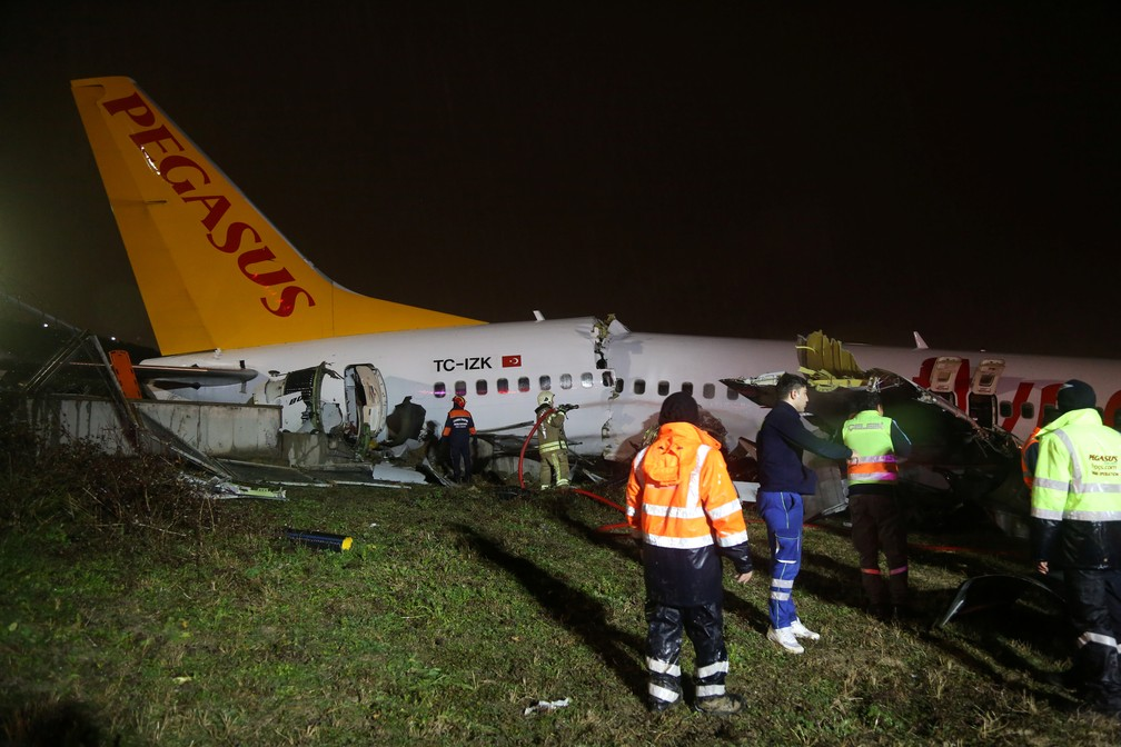 Avião da Pegasus se partiu ao sair da pista em Istambul — Foto: Cansu Alkaya/Reuters