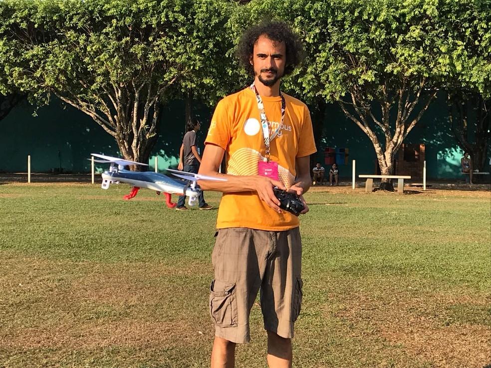 Carlos ensina os participantes a usar o drone (Foto: Sérgio de Andrade/ CBN)
