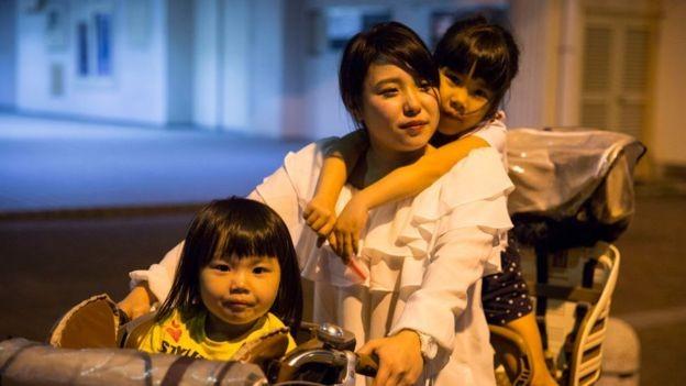 As mulheres que querem trabalhar têm dificuldade em encontrar alguém que possa cuidar de seus filhos enquanto estão no trabalho (Foto: Getty Images via BBC News)