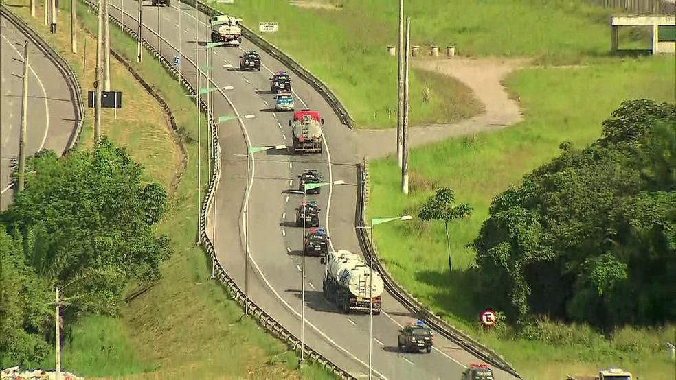 Comboio de caminhões-tanque de combustível foram escoltados por viaturas da PM e ônibus do Batalhão de Choque para entrar e sair do Porto de Suape (Foto: Reprodução/TV Globo)